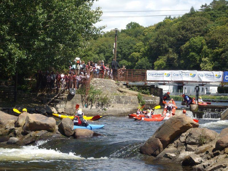 690 enfants répartis dans 26 écoles différentes se relaient pendant 3h afin d'effectuer le plus de tours possibles de l'île de Locastel à Inzinzac-Lochrist sur le Blavet. Chaque équipe compte un kayak biplace et deux kayaks monoplaces.