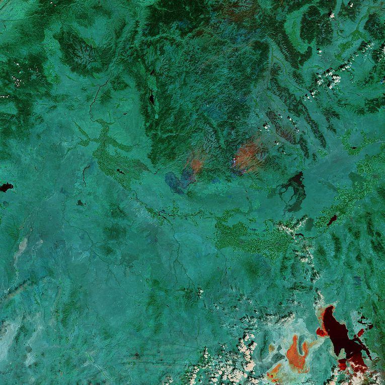 Série d'images satellite en couleurs naturelles et en fausses couleurs montrant la progression des feux BeaverCreek, PonyComplex et ElkComplex