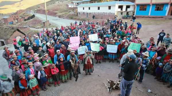 Yesterday, September 29, 2015, at a community meeting on the bridge Challhuahuacho agreed to propose a truce if the Executive sends a high-level commission to resolve conflicts in the Las Bambas mining project.