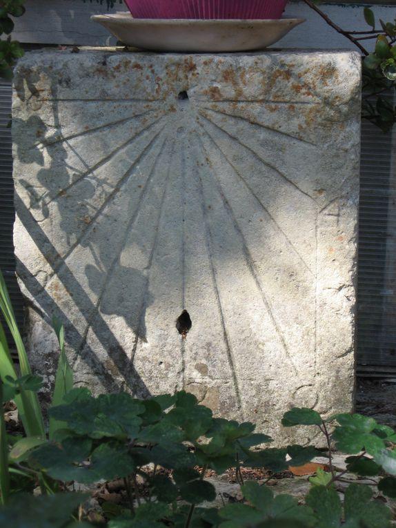 """Faute d'actualité, locale, on regarde tranquillement s'écouler le temps... regard sur les cadrans solaires de Saintes.  Ainsi sur une pierre dans un jardin proche du site d'un temple huguenot (Réforme protestante) un cadran solaire devant dater du début du 17ième siècle. Puis à quelques-pas de St Pierre dans un jardin, privé de nos jours. enfin dans la cour de l'échevinage et bien sûr sur la paroi extérieur (cela va de soi) de la nef de St Eutrope, face sud. Après ce passage à l'ombre, enfin au soleil de nos murs, nous vous adressons une invitation à la galerie d'Yvan Rotrou, avec du """" Nu """" dans tous ses états (mais ceci dit rien d enouveau sous le soleil depuis Adam et Eve dans ce domaine, si ce n'est que l'interprétation qu'on bine voulu en faire les artistes."""