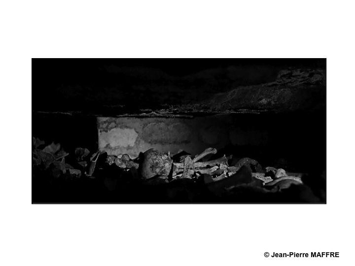 Le caractère saisissant des ossements empilés apporte une atmosphère unique à ce lieu insolite que sont les Catacombes de Paris.