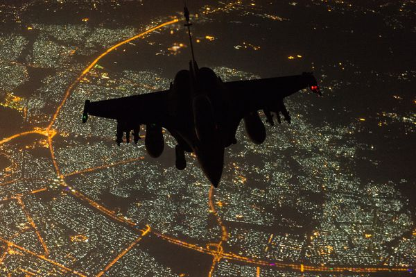 © Armée de l'Air - Un Rafale de l'EC 3/30 «Lorraine» survole Bagdad, la capitale irakienne.