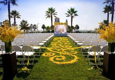 Pétales de roses en déco de ceremonie ou déco de table