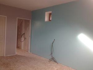1 mur bleu.