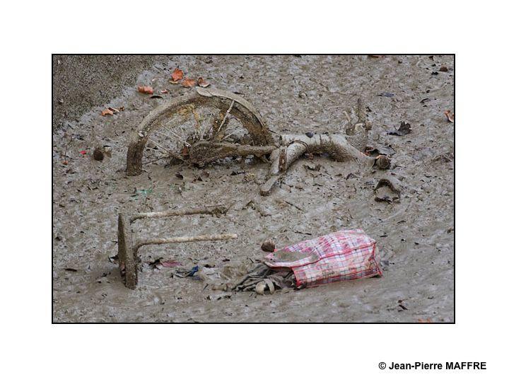 A Paris, en 2016, le grand nettoyage du canal Saint-Martin fait découvrir les vestiges des objets de la vie courante enfouis dans la vase. Une nouvelle forme d'art ?