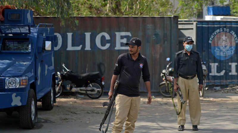 La police monte la garde près du bâtiment du consulat de France pour renforcer la sécurité à la suite d'une manifestation du parti politique extrémiste Tehreek-e-Labbaik Pakistan (TLP), à Karachi, le 15 avril 2021.  Photo by Rizwan TABASSUM / AFP