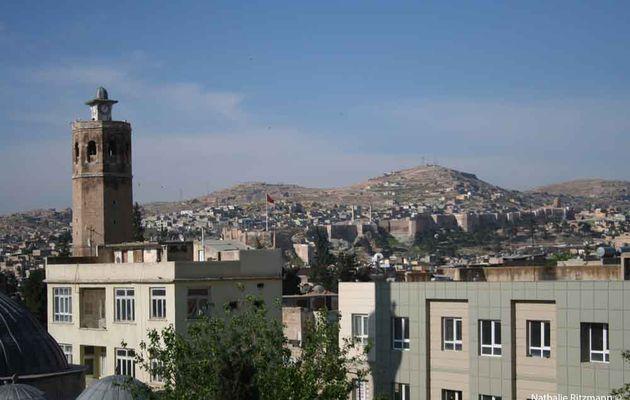 La tour de l'horloge d'Urfa et le cimetière ottoman avoisinant