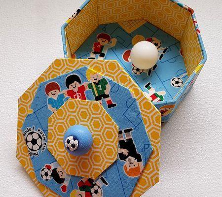 Une boîte octogonale pour balles de babyfoot ...