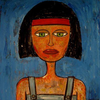 Femme sur fond bleu.