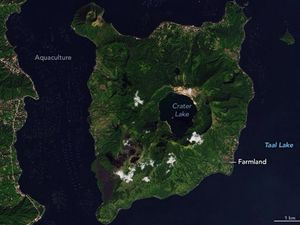 Taal by Landsat / Nasa EO on December 6, 2019 (before the eruption) and two months after the eruption. According to NASA's Earth Observatory, the fall of ash resulting from the Taal volcano eruption on January 12 was particularly problematic because it got wet enough to have a sort of muddy texture and then it dried and hardened into a material that looks like cement - see damage to aquaculture areas (left) and cultivation / farming areas (right) - one click to enlarge