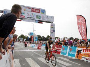 """Viviani remporte la 3ème étape  à Neuville - Sylvain Chavanel a fait une chute , fracture au poignet  il abandonne avant le contre la montre de l'après-midi - Images du site de """"La Nouvelle République"""""""