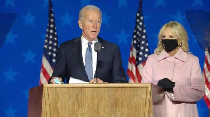 Joe Biden, au côté de sa femme, Jill, s'adressant aux Américains le jour du vote pour les élections présidentielles le 3 novembre 2020.