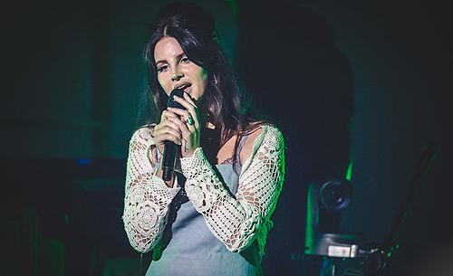 Lana Del Rey sur la scène du Santa Barbara Bowl à Santa Barbara, Etats-Unis. (08.09.2017)