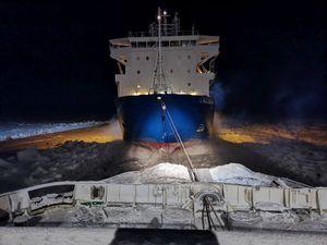 Le porte-conteneurs Sparta  III remorqué par le brise-glace à propulsion nucléaire Vaygach