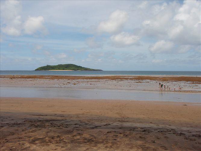 Photos du mois de mars 2008 : Anniversaire d'Emma, Soirée avec des amis, promenade au parc de la pointe Mahabou, grande marée à la plage Sakouli, promenade aquatique avec les tortues à Ngouga, visites de Makis sous la varangues, baignades...