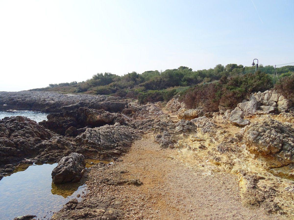 Ce sentier permet aux promeneurs de parcourir une partie du cap d'Antibes,