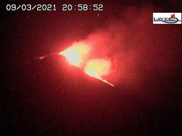 Etna SEC - activité strombolienne et coulée de lave dans la Valle del bove 09.03.2021 / 20h58 - webcam LAVE