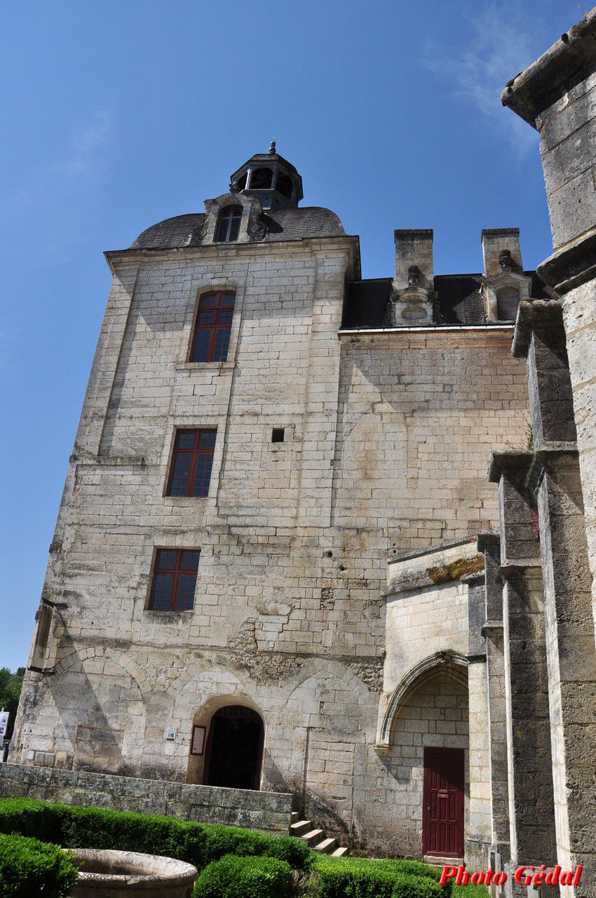 Entrée du bâtiment conventuel vue depuis le cloître.