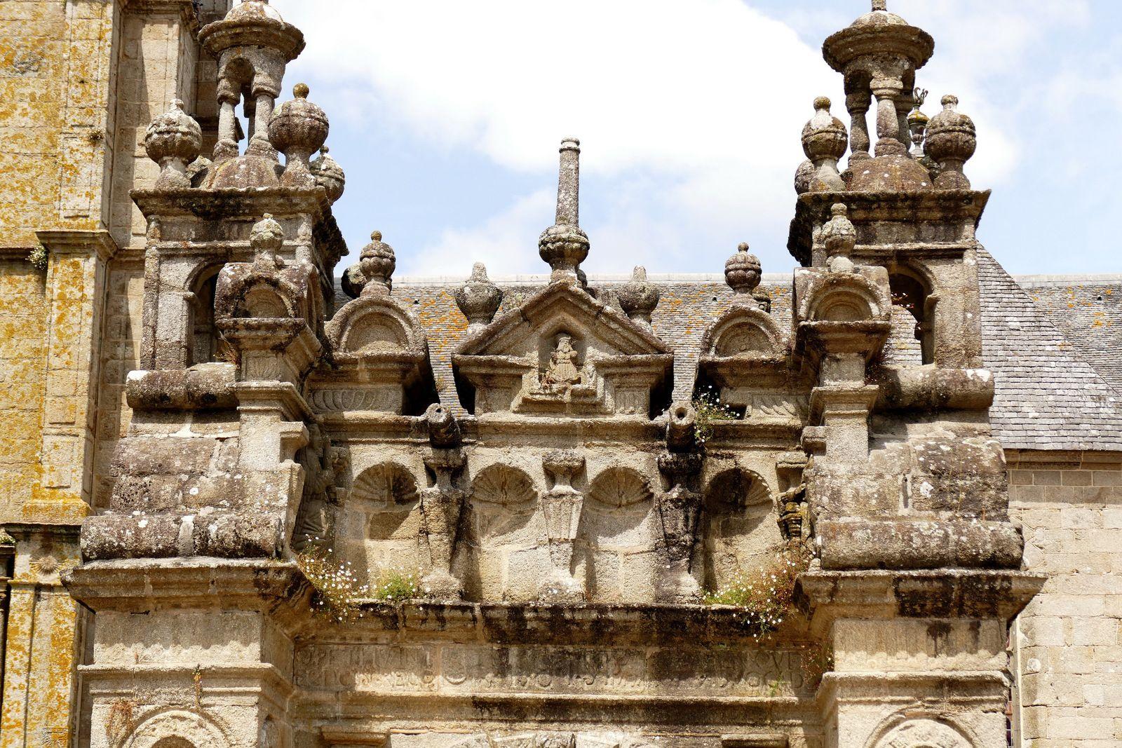 Porte monumentale de l'enclos paroissial de Saint-Thégonnec. Photographie lavieb-aile.