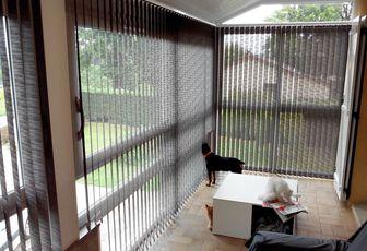 installation stores bandes verticales sur mesure véranda avec tissu technique ARABESQUE THIERS