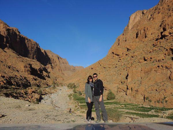 A la sortie des gorges, le soleil couchant dore les falaises