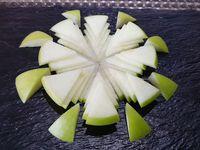 Voilà le résultat final obtenu après cet exercice de découpe. Vous pourrez le réaliser avec une pomme de la couleur de votre choix suivant l'effet souhaité et les autres fruits utilisés.