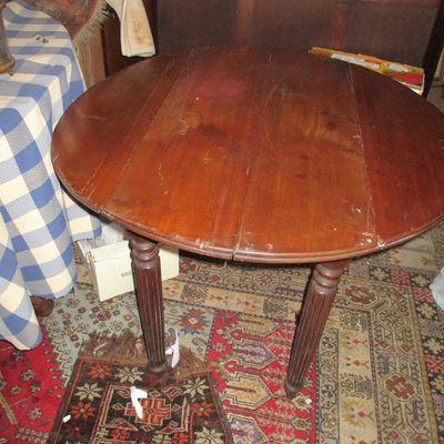 table ronde a volets de 70 cm d haut sur 95 cm de  large  5o  cm replier en noyer style louis  Philippe tres bon etat prix 68€  par manque de place