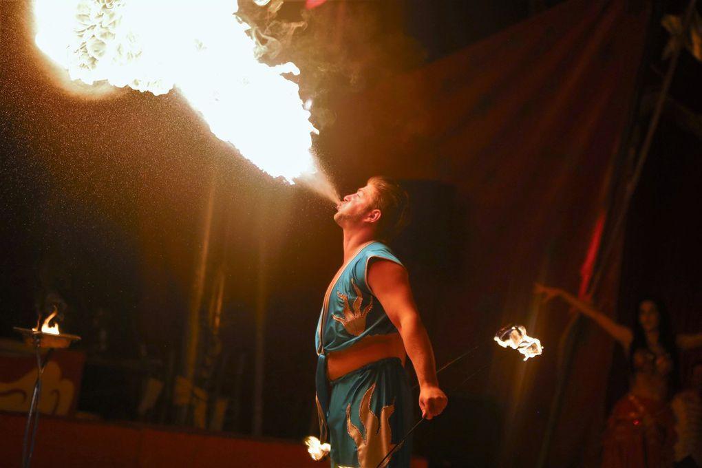 Schließlich brillierte Adriano Renz als Feuerschlucker und Feuerspeier in 1001 und einer Nacht von Bauchtänzerinnen assistiert.