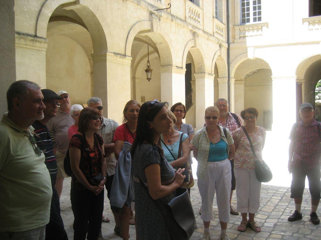 Visite du musée du bonbon ...et des achats pour les gourmands puis promenade guidée dans le centre historique d'Uzès: cité des évêques, premier duché de France ..et pour terminer notre journée un petit détour au Pont du Gard