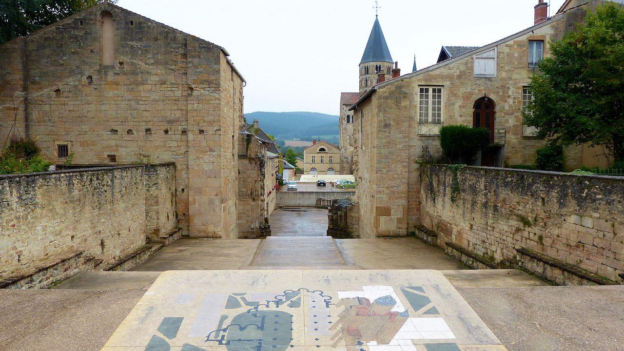 Je vous emmène à la découverte  de.   La Clayette(71) : Semur en Brionnas(71) :Saint Christophe en Brionnais(71) Cluny(71).