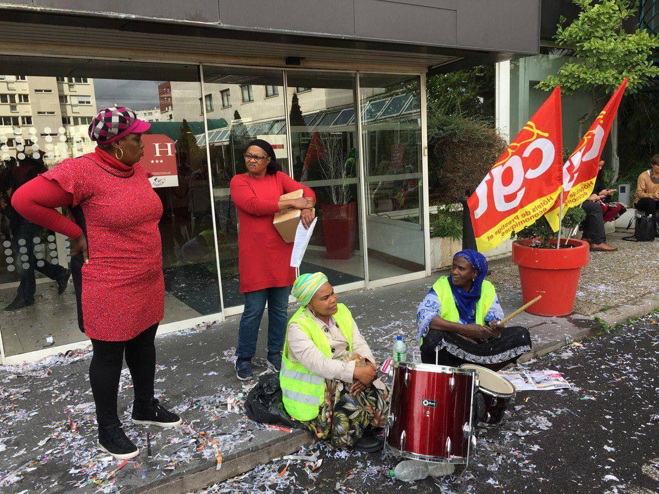 Le piquet de grève devant l'Ibis Batignolles à Paris, les femmes de chambre sont en grève depuis le 17 juillet 2019. (Photo © CGT HPE)