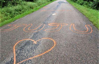 Sur l'itinéraire du Tour, les traces du passage des coureurs