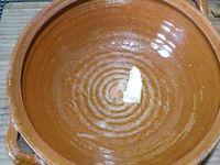 3 - Dans la même poêle, rajouter une nouvelle noix de beurre, verser les châtaignes, laisser revenir quelques minutes, saler et poivrer. Mettre une noix de beurre dans un jatte, rajouter les châtaignes et la crème fraîche liquide. Ecraser à l'aide d'un presse-purée ou d'une fourchette pour obtenir une purée onctueuse. Rectifier l'assaisonnement si nécessaire. Réserver au chaud.