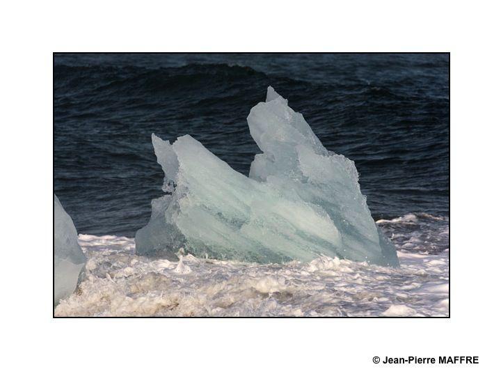 La beauté du lieu est due à la présence du sable noir et aux multiples icebergs et blocs de glace qui viennent s'y échouer. Leurs couleurs vont du bleu au blanc, en passant par le transparent ou même le noir.