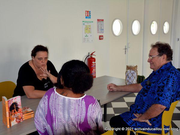 L'auteur et conversation avec une journaliste RRB avec Gaëlle Bessaudou