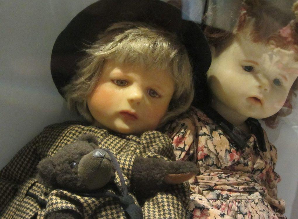 Et puisque c'est bientôt Noël, voici un aperçu de la magnifique collection de poupées du musée de La Rocca Borromeo (  lac Majeur, Italie ).