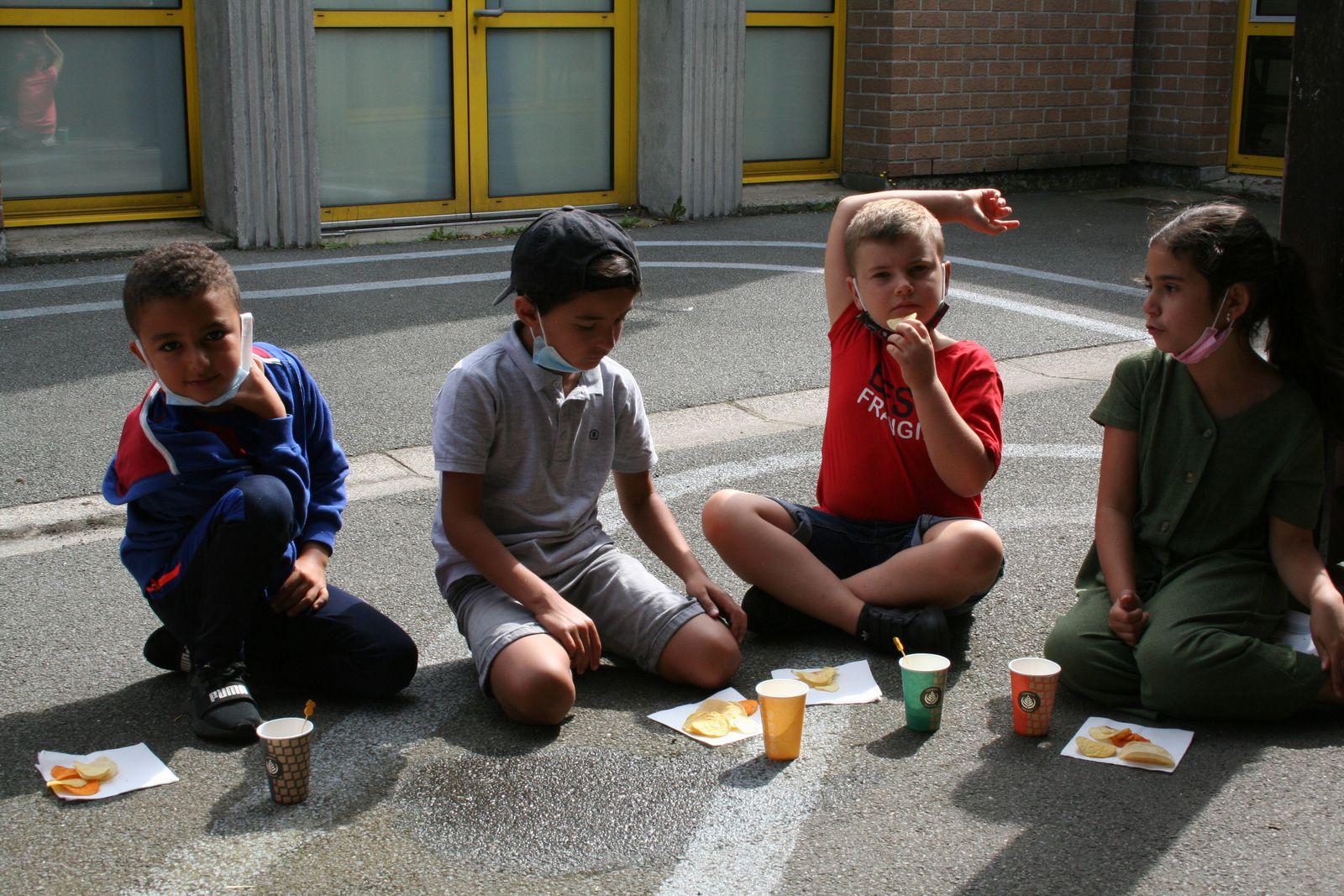 Jeudi 5 Août 2021. Les enfants du centre Condorcet ont préparé un petit apéritif, au menu: pizzas, brochettes de petites tomates et feta, crudités, chips et guacamole! Bon appétit!