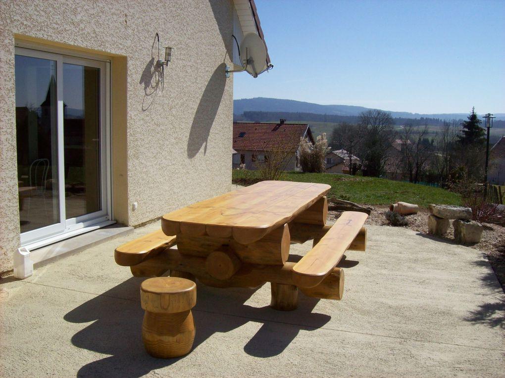 Tables d'intérieur ou extérieur avec bancs, en rondins empilés.