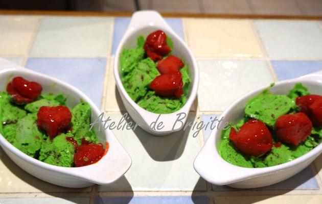 Glace ou crème glacée menthe chocolat et sorbet fraises