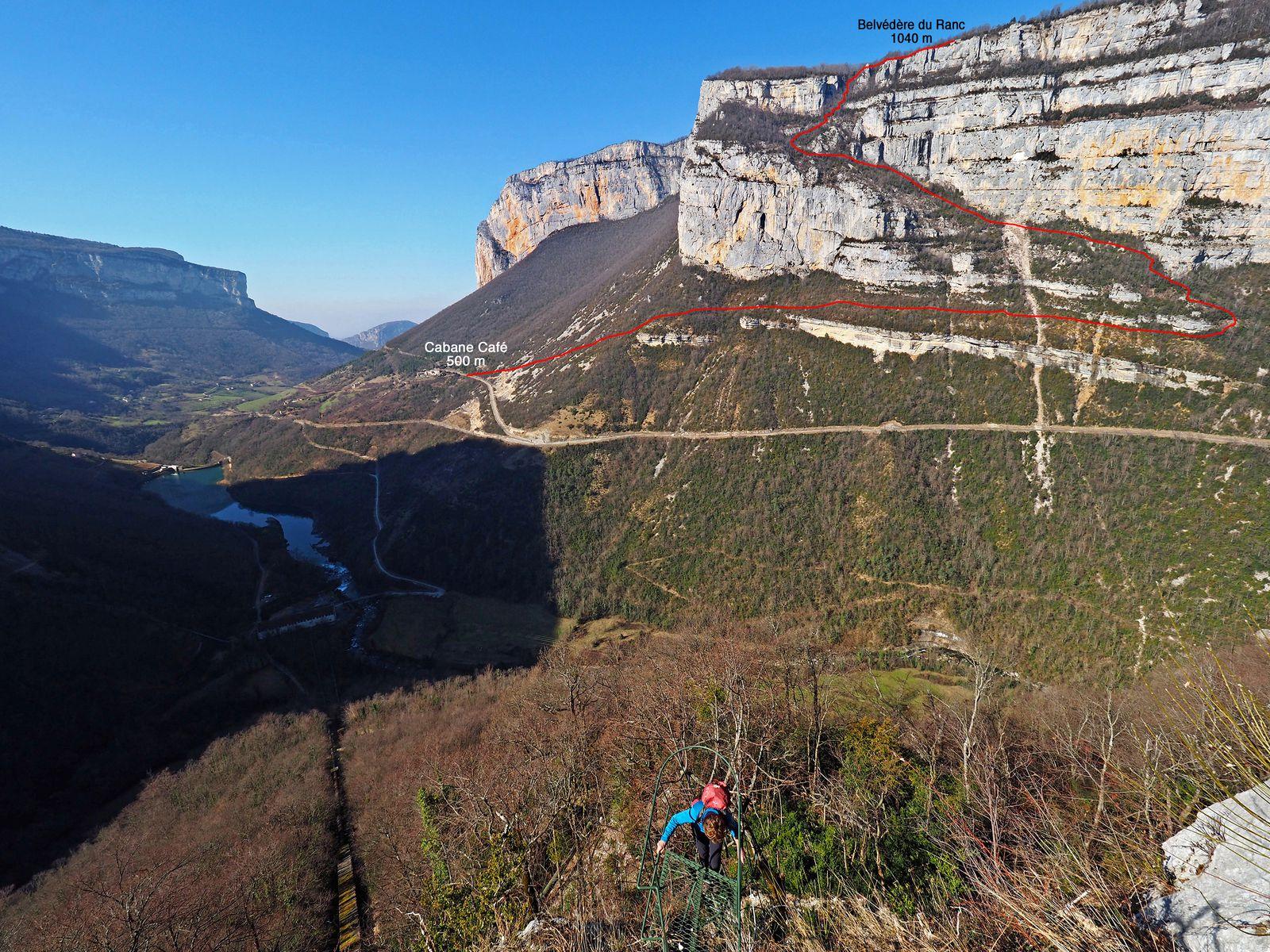 """Le pas du Ranc vu du cirque du Bournillon. Bien que traversant ce """"ranc"""" au milieu des falaises, le sentier n'offre guère de difficultés."""
