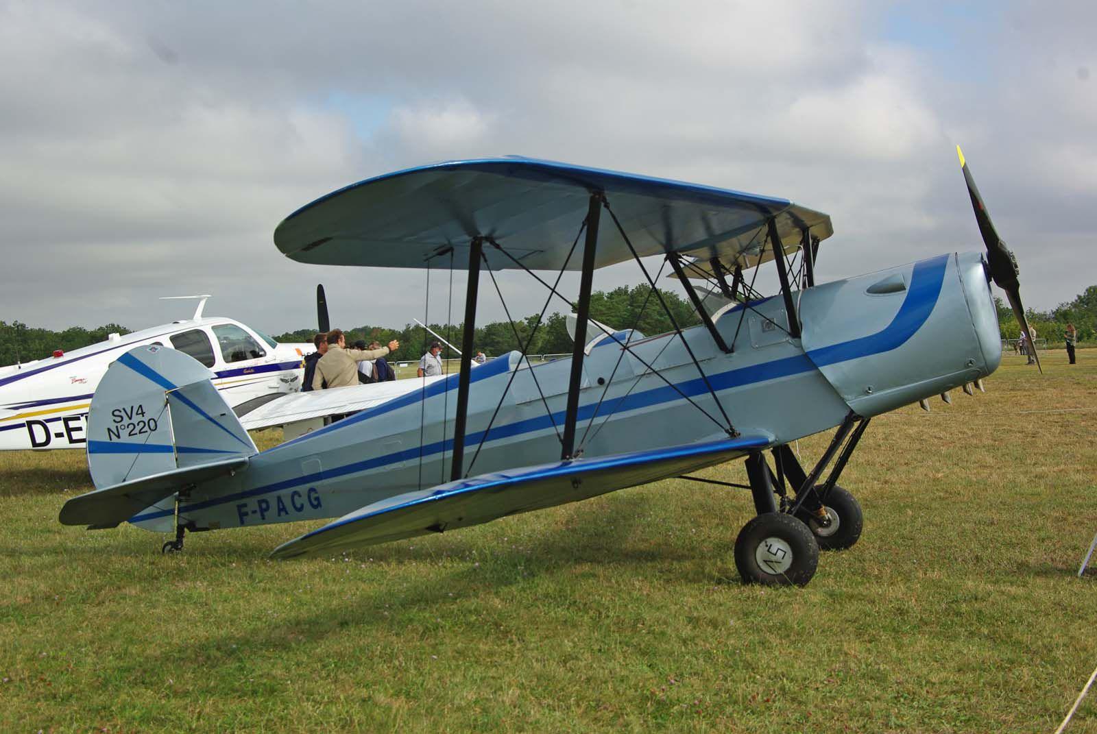 Restons avec les avions à la déco grise et bleu comme ce Stampe SV-4C N°220 F-PACG.