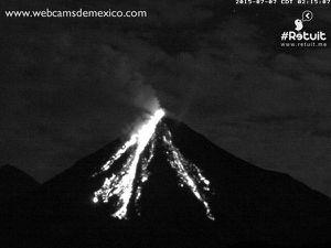 Colima - effondrements incandescents le 07.07.2015 à 02h15 et 22h16 - un clic pour agrandir -  images WebcamsdeMexico / Retuit
