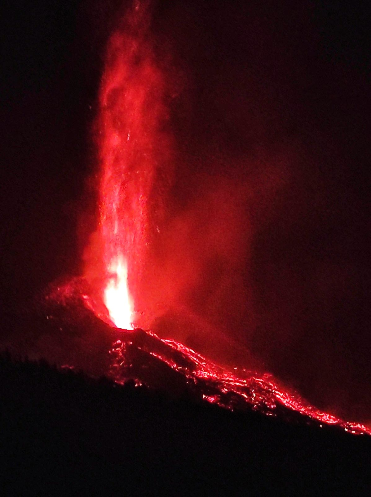 La Palma / Cumbre Vieja - the fountain reaches 600-700 m. on 04.10.2021 / 12:05 am - photo of the Canarias volcanoes