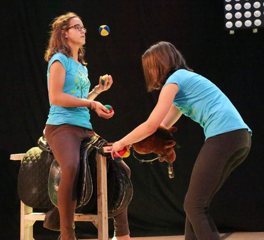 Springreiter und Pferdetrainer bewegten sich auf einem Sattel sitzend jonglierend über die Bühne.