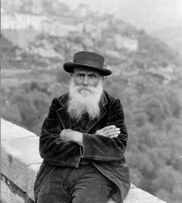 OLMETO. Homme assis sur la rambarde d'un pont de pierre.