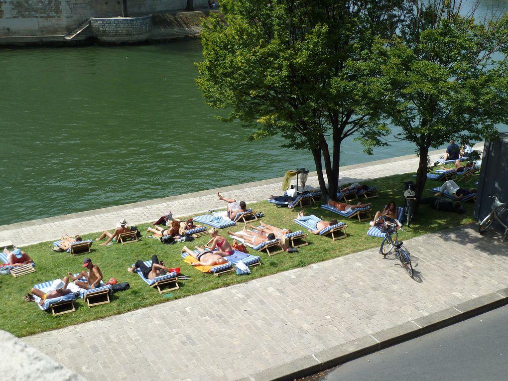 """Mi juillet, jusqu'à mi aout, nous profitons de l'incontournable """"Paris-Plages"""" avec ses aménagements festifs et estivaux sur les quais."""