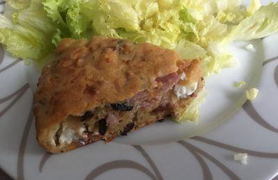 Gâteau salé au jambon, olives noires, Feta, et comté râpé