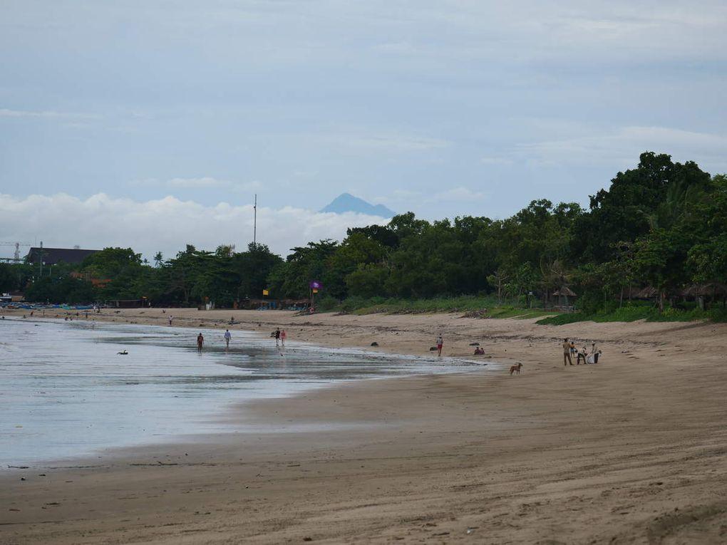 Fin 2017, le volcan Agung a failli exploser et un vent mauvais a soufflé sur Bali. Pourtant, c'est celui de la mousson d'hiver, l'habituel vent d'ouest...Oui, mais, cette année,il a charrié sur les côtes ouest de l'île des milliers de détritus en plastique et en tout genre, bouteilles, gobelets, sacs. Sur les plages des hôtels chics, les Balinais sont chargés de nettoyer chaque jour. Pour le reste, eh bien, on attend le mois de mars pendant lequel le vent passera à l'est, ouf !