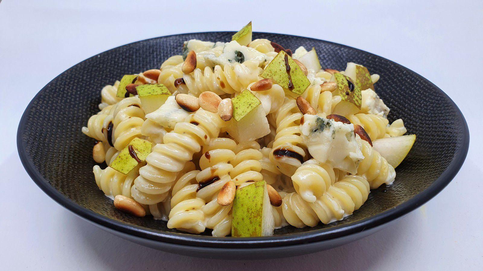Pâtes au gorgonzola ou roquefort, poires et pignons