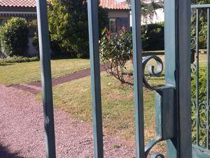 Un portail vert que l'on vois souvent en plus du noir, donc un petit coup de jeune avec une peinture spécial fer et ce avec une couleur plus d'actualité et plus jolie a regarder qui plus est !